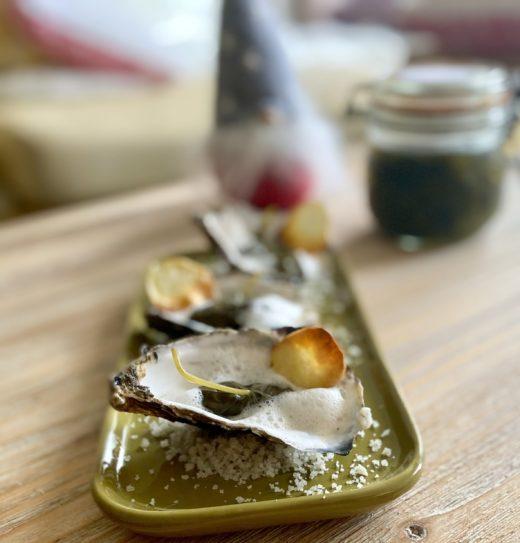 tartare d'huîtres en feuilles de capucines saumurées