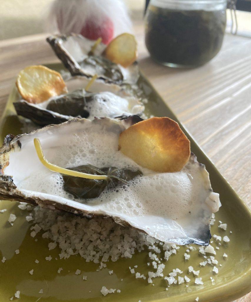 tartare d'huîtres en feuilles de capucines