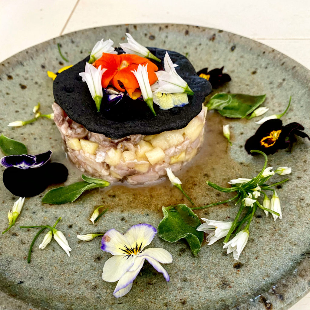 tartare de maquereau et fleurs comestibles